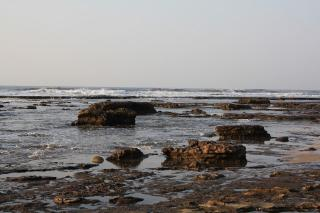 Flat rocks between Mpahlane & Mnyameni rivers: Rock pools with breakers hitting reef 40m away (Photo: Julia Sestier)